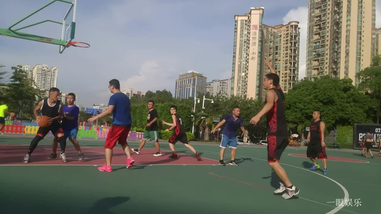 酷热下篮球场上,小伙子们打比赛打得起劲有力,远投精彩进球
