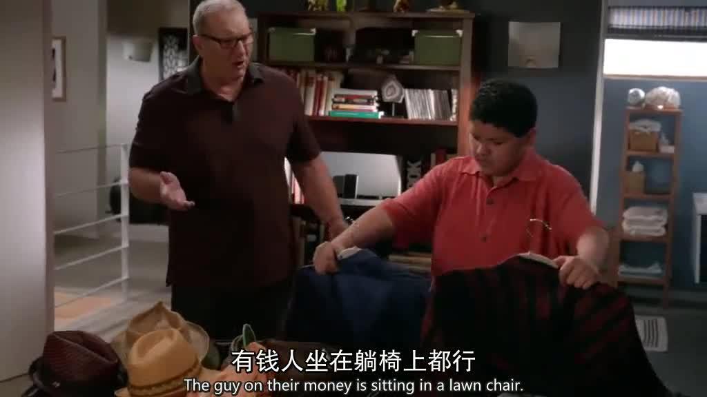 孩子在家收拾东西,父亲怕孩子反悔,想把孩子送出去