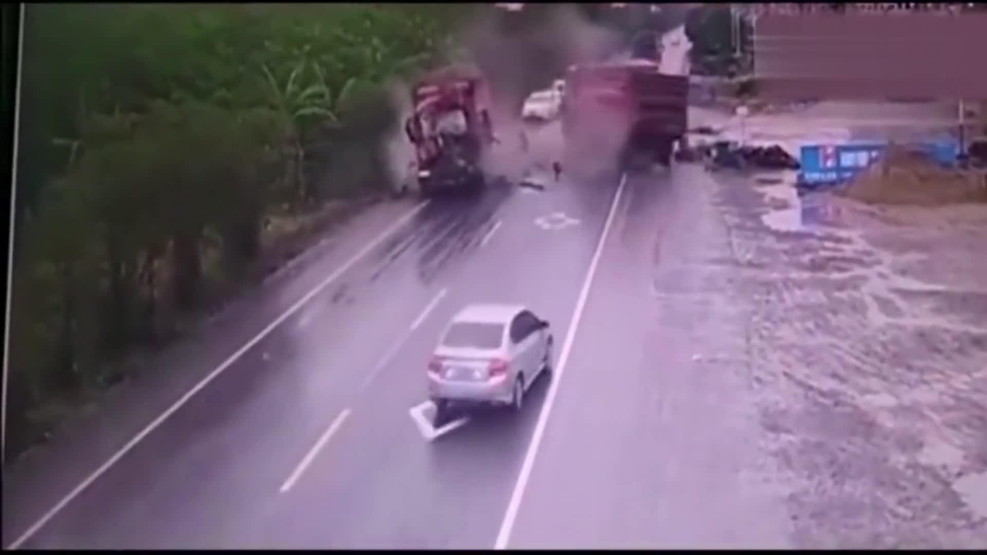 #车祸#这起惨烈车祸播放量1380万,渣土车瞬间报废,司机上天堂!