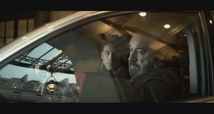 不会是疯了吧,闹市区飙车竟然还开枪!