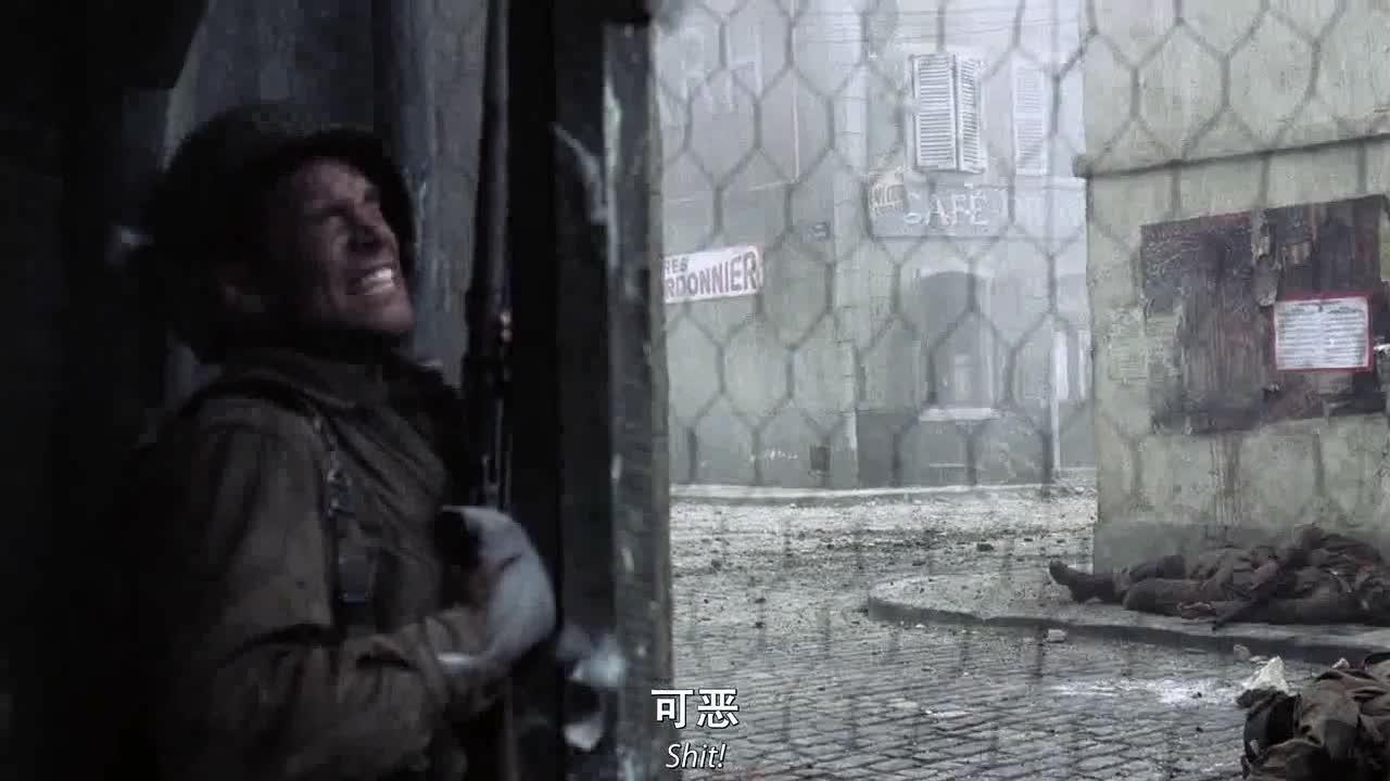 士兵们发动攻击,男子上去掩护队友,炸毁敌人房屋