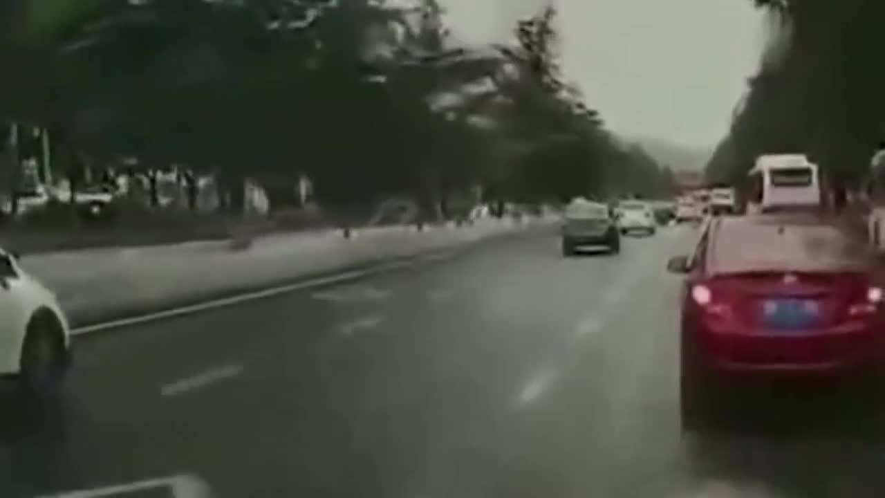 女子小跑过人行道没想到意外发生了视频录下痛心的一幕