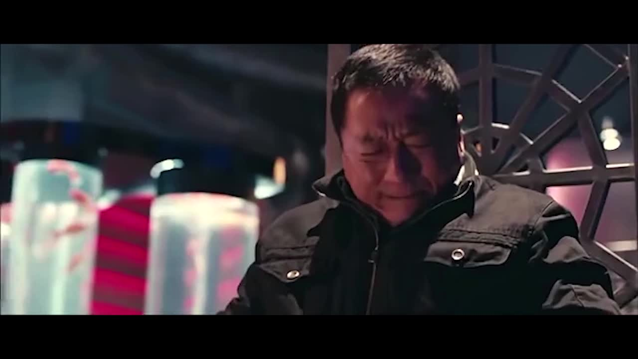 龙哥想逃跑,挣脱不掉手铐,居然跟人家聊起了中枪的感受