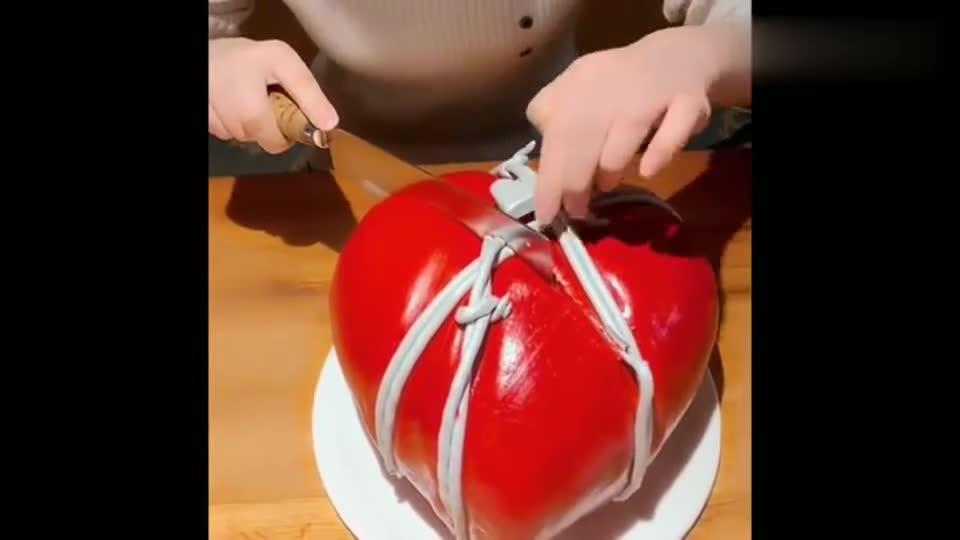给女朋友做了个蛋糕,切开蛋糕一看,里面竟然有东西,感动哭了!