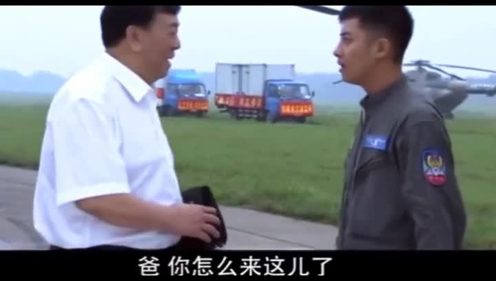 #经典看电影#飞行员嫌父亲抠门赈灾就送方便面,被光速打脸,原来送了六卡车?