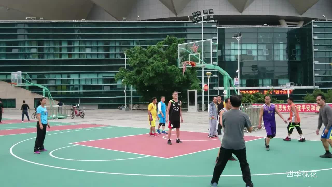 篮球比赛实拍,男子带球被对方女队员有效拦住,场面打得被动