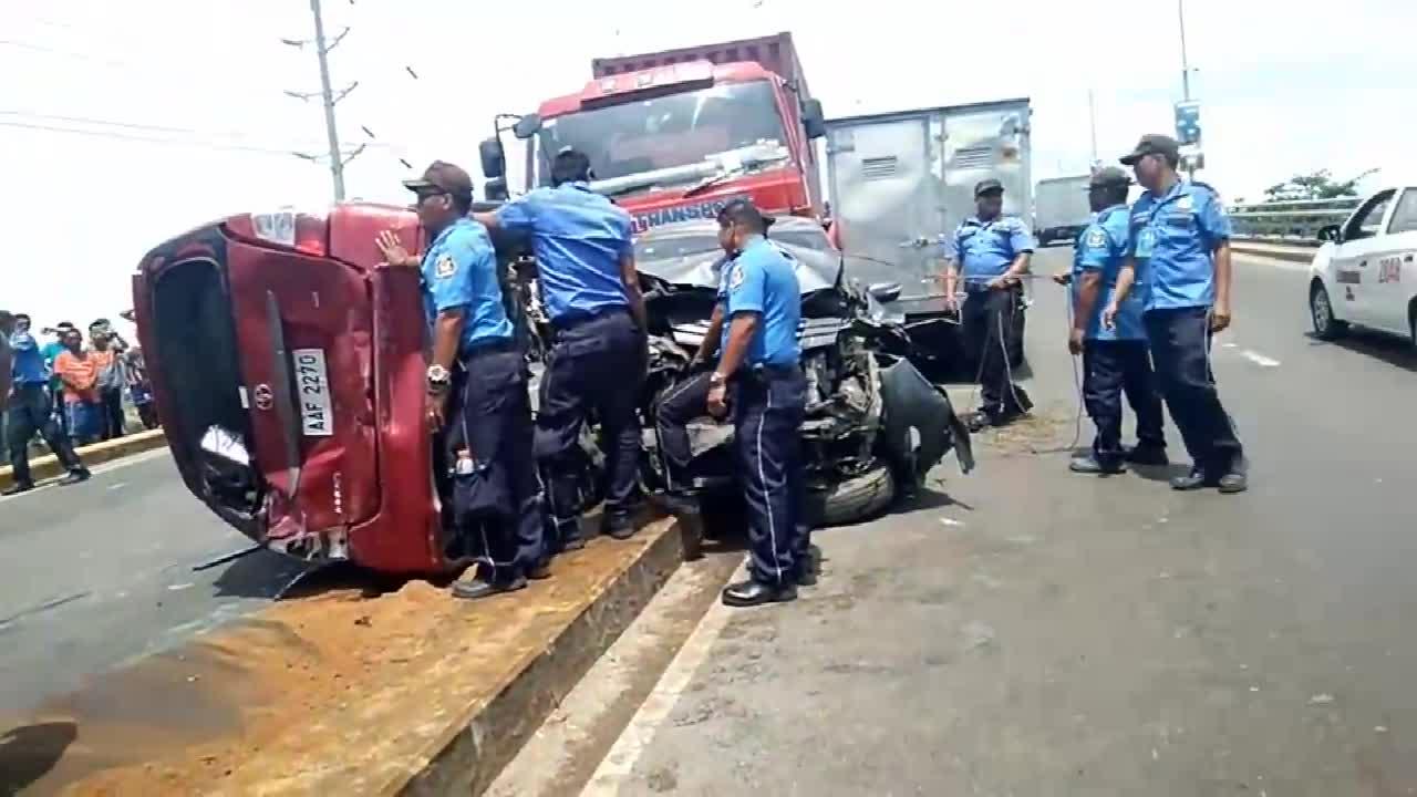 大货车失控有多可怕  一整排车主绝望无助  瞬间被大货车摧毁