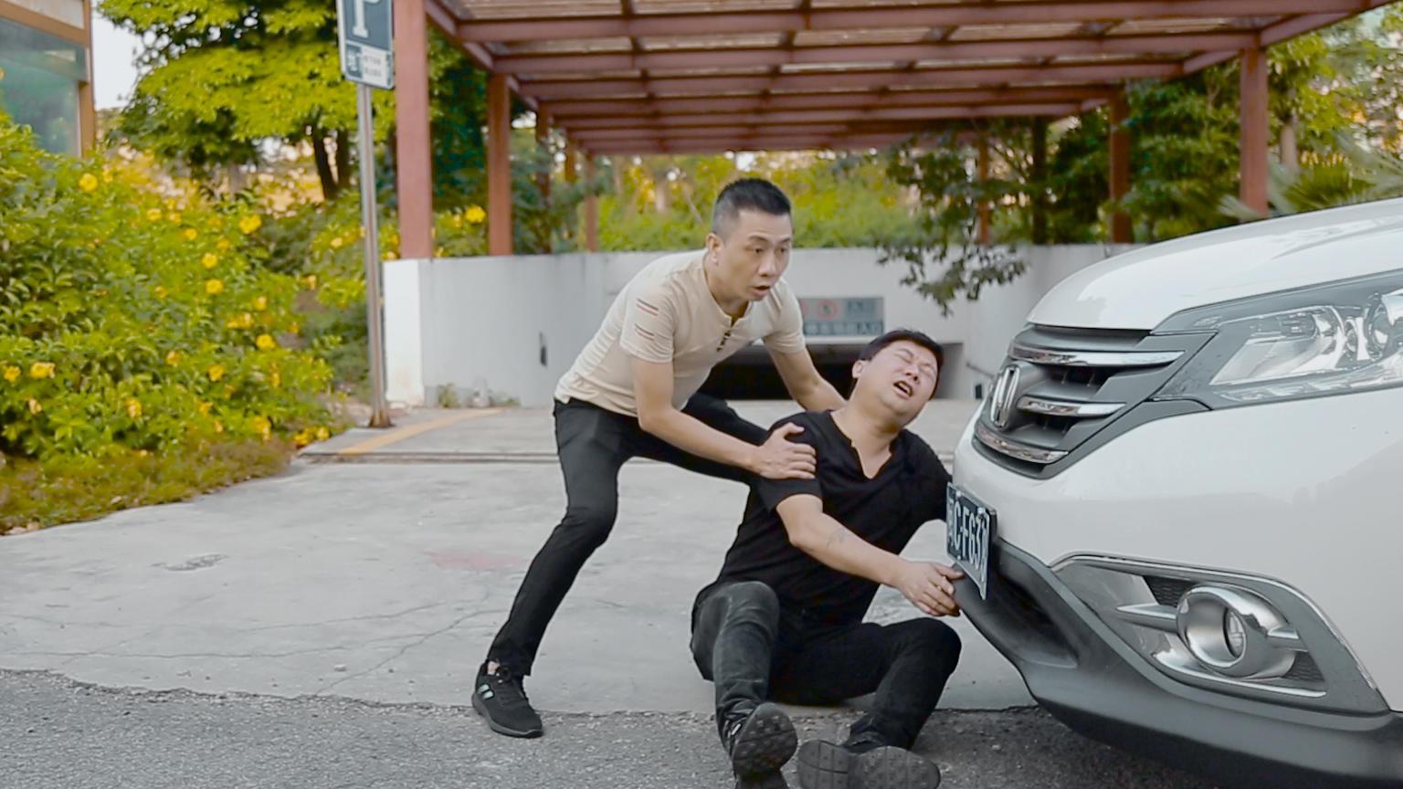#搞笑趣事#男子碰瓷,不料被二货女司机给撞了,全程爆笑不断