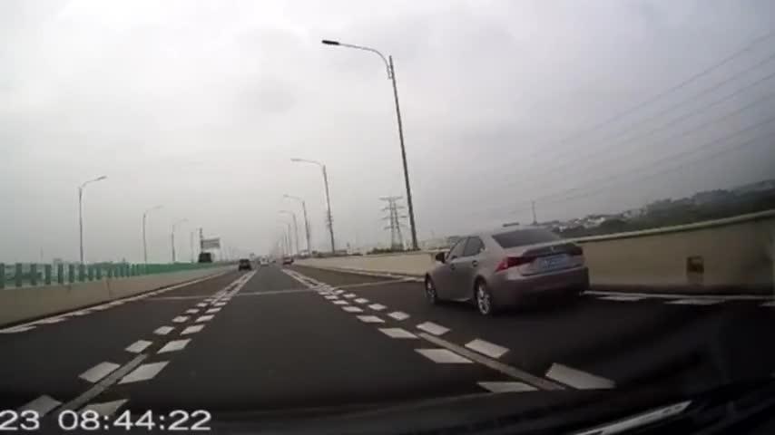 你是在闭着眼睛开车吧,这样也能撞上!下一秒画面太惨