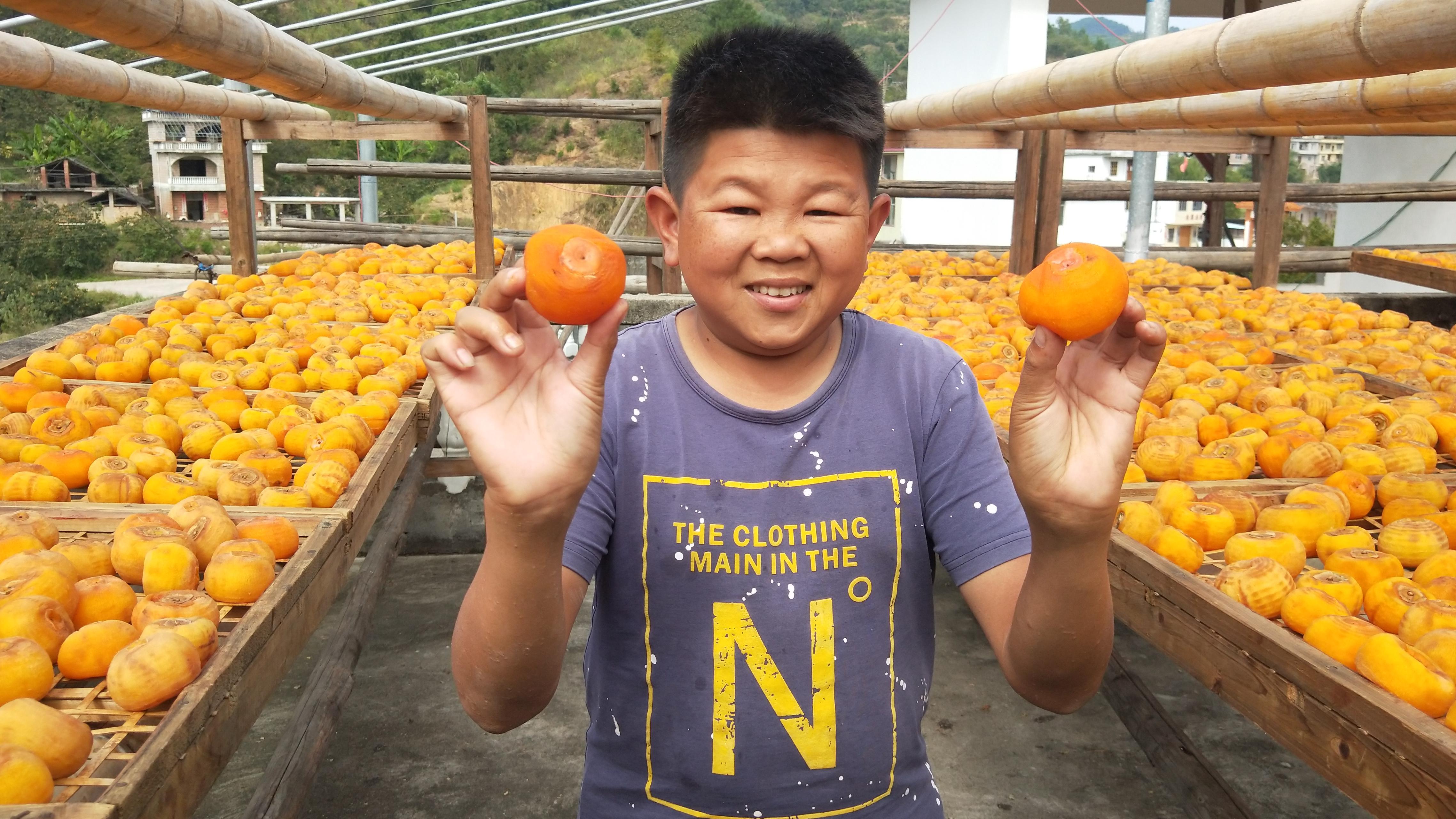 家家户户楼顶晒满了柿子,小六走到哪吃到哪,惹得小七也秒变吃货