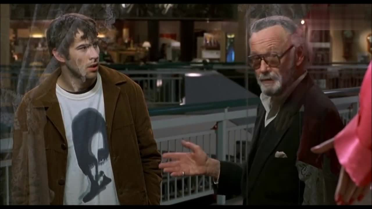 #经典看电影#惊奇队长在列车遇上斯坦李,老爷子看的正是他客串的《耍酷一族》