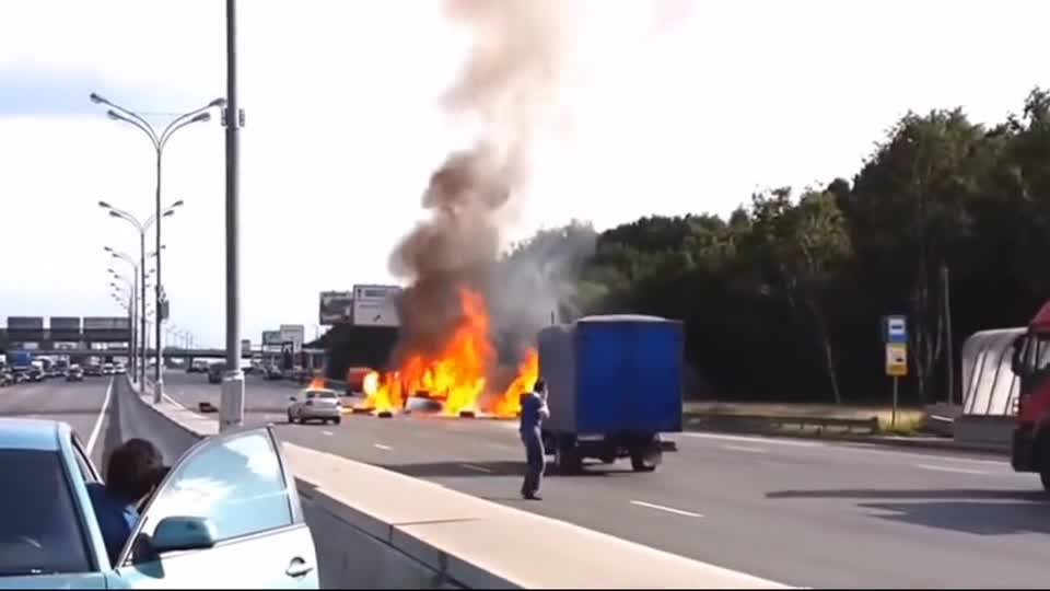 危险品货车追尾,瞬间起火!更可怕一幕还在后面