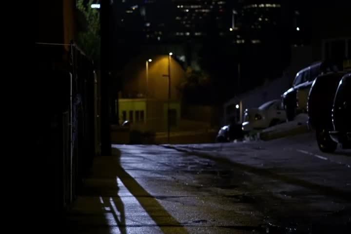 男子深夜在街头跑得飞快,后面还被警车追,突然闯入别人家中