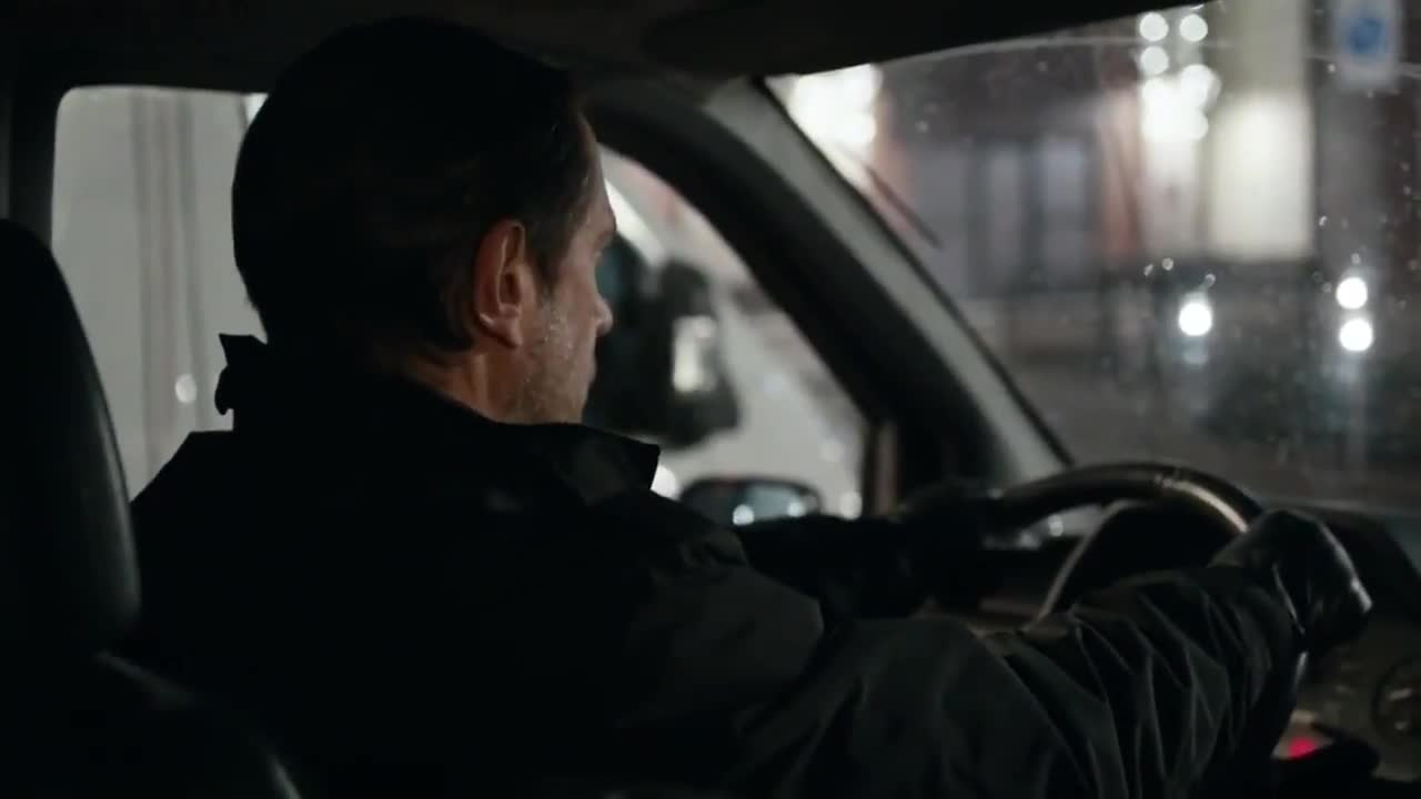 #经典看电影#俄罗斯警察监守自盗,被打扮得像无畏战士的特警重重包围