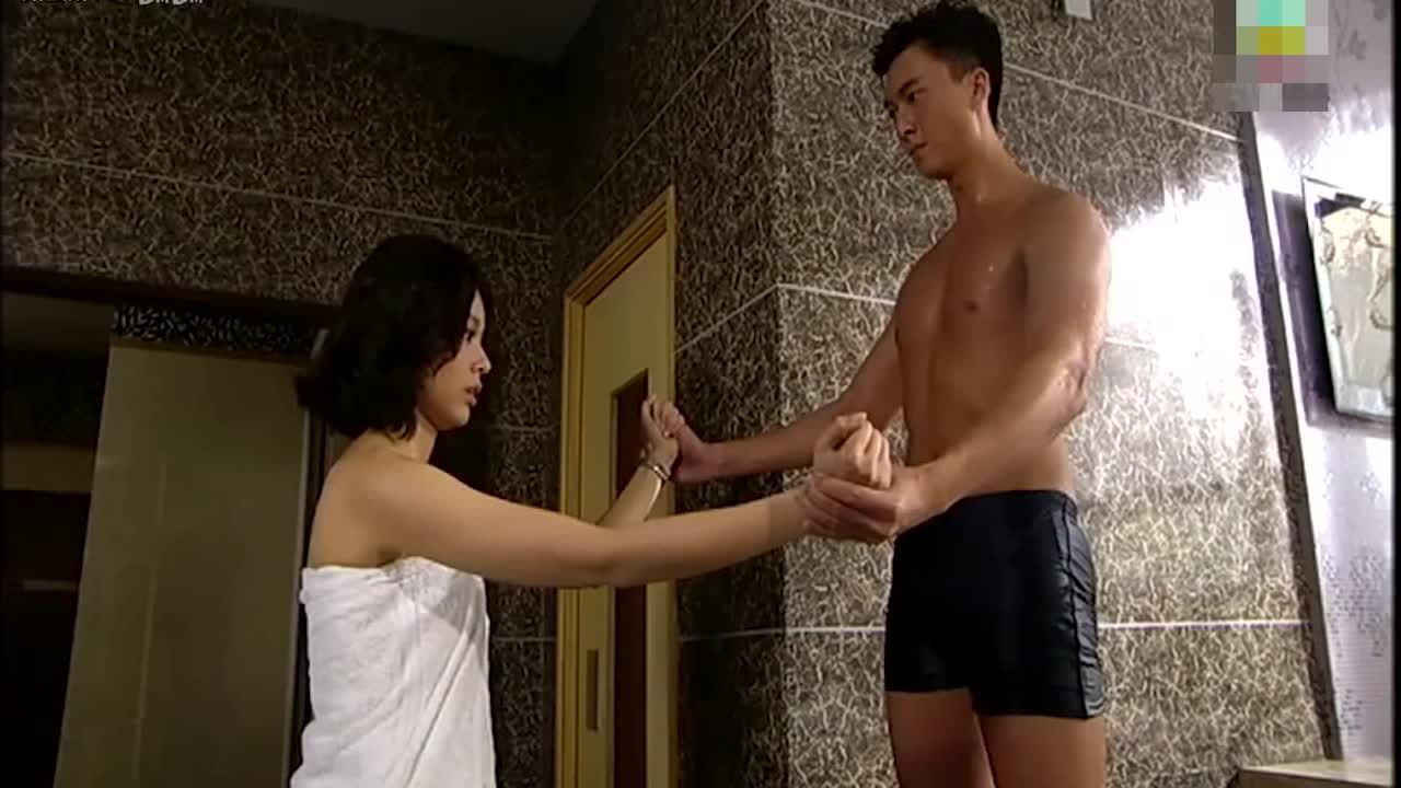 #高能 电影片段 #夫妻二人正在干羞羞的事情,没想到丈母娘突然破门而入