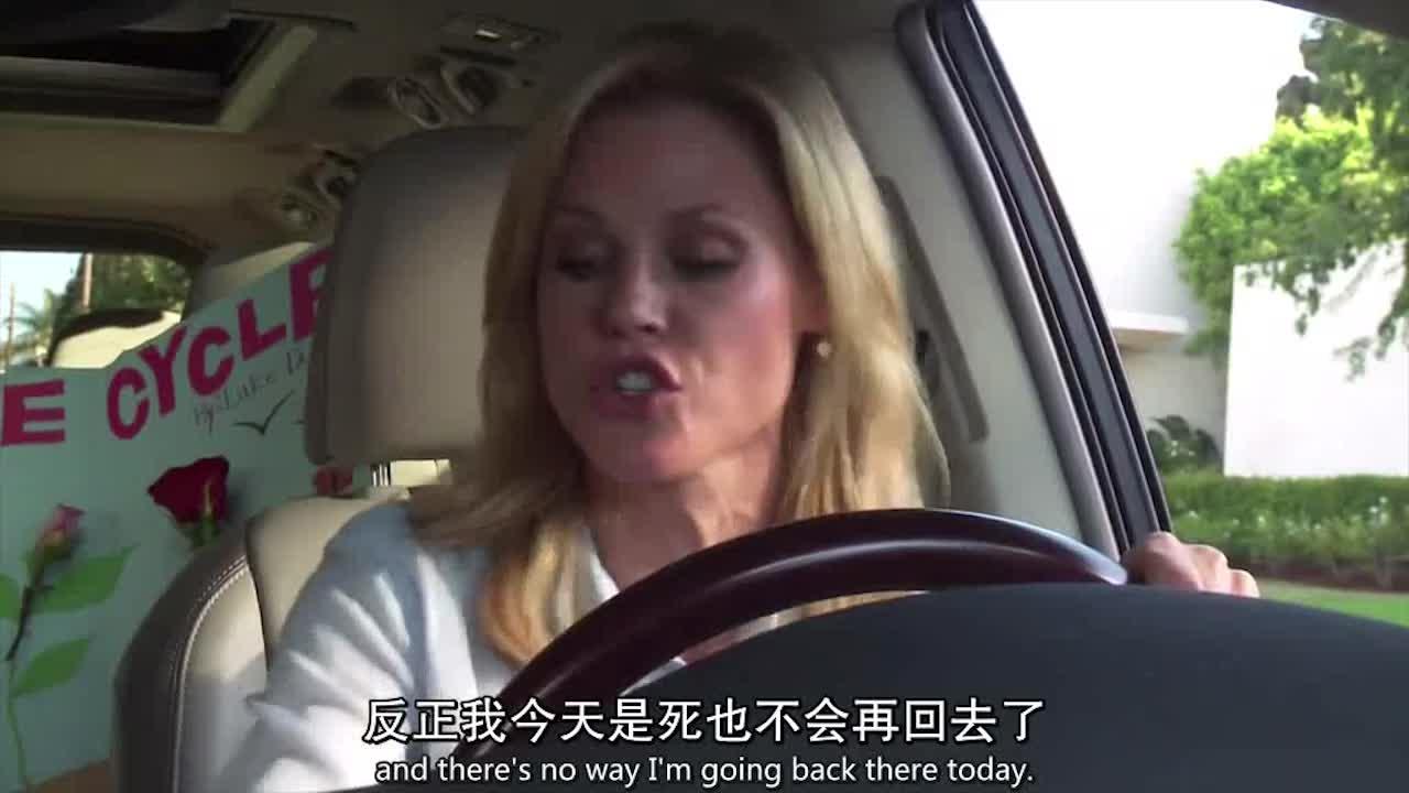 母亲开车去给孩子送东西,女儿给母亲打电话,母亲赶紧推脱