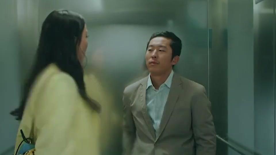 #经典看电影#电梯内美女被吃豆腐,没想到她撩起长发,上去就是一顿揍