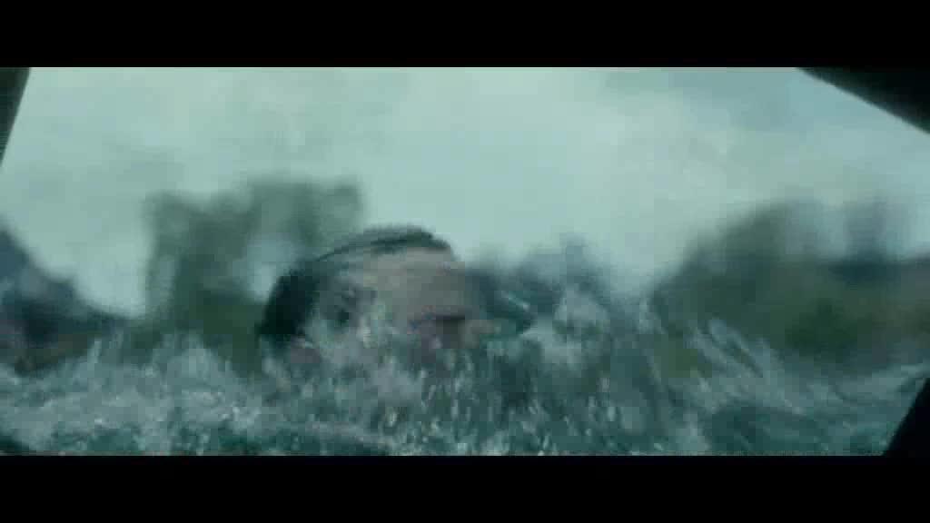 车子掉进河中女子砸碎车后玻璃救出男子