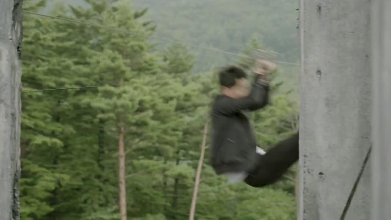 柳时镇故意在徐上士训练时表演下降姿势,让大伙都看呆了