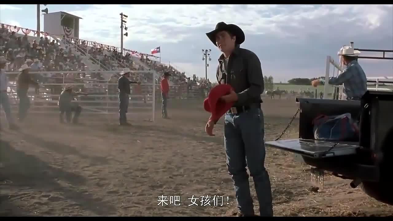 男子在斗牛场遇见她,送给帽子后,两人坠入爱河