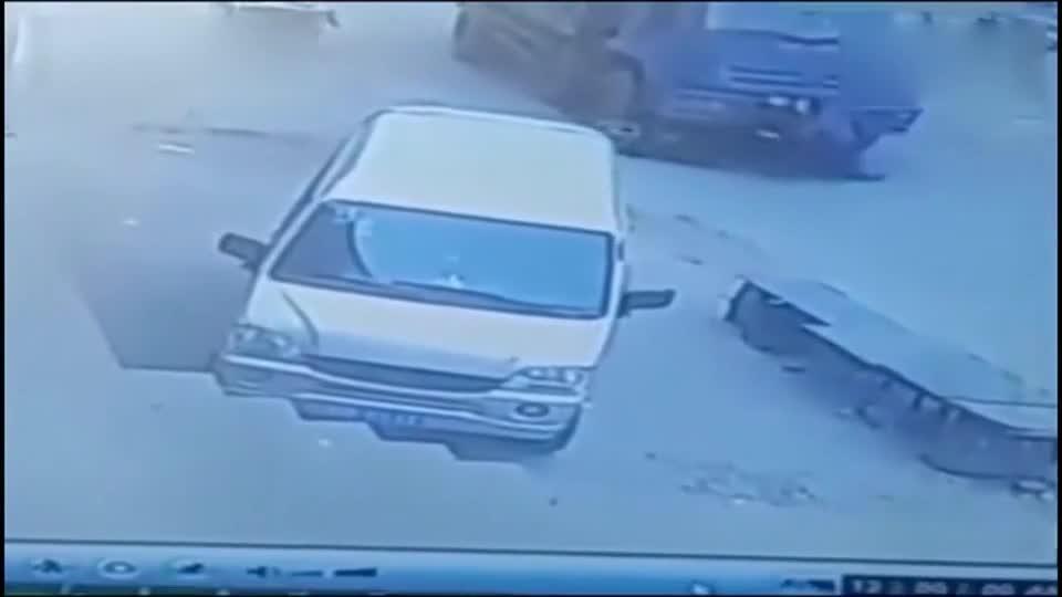 摩托男子惨遭车祸身亡,家人查看监控后,彻底怒了