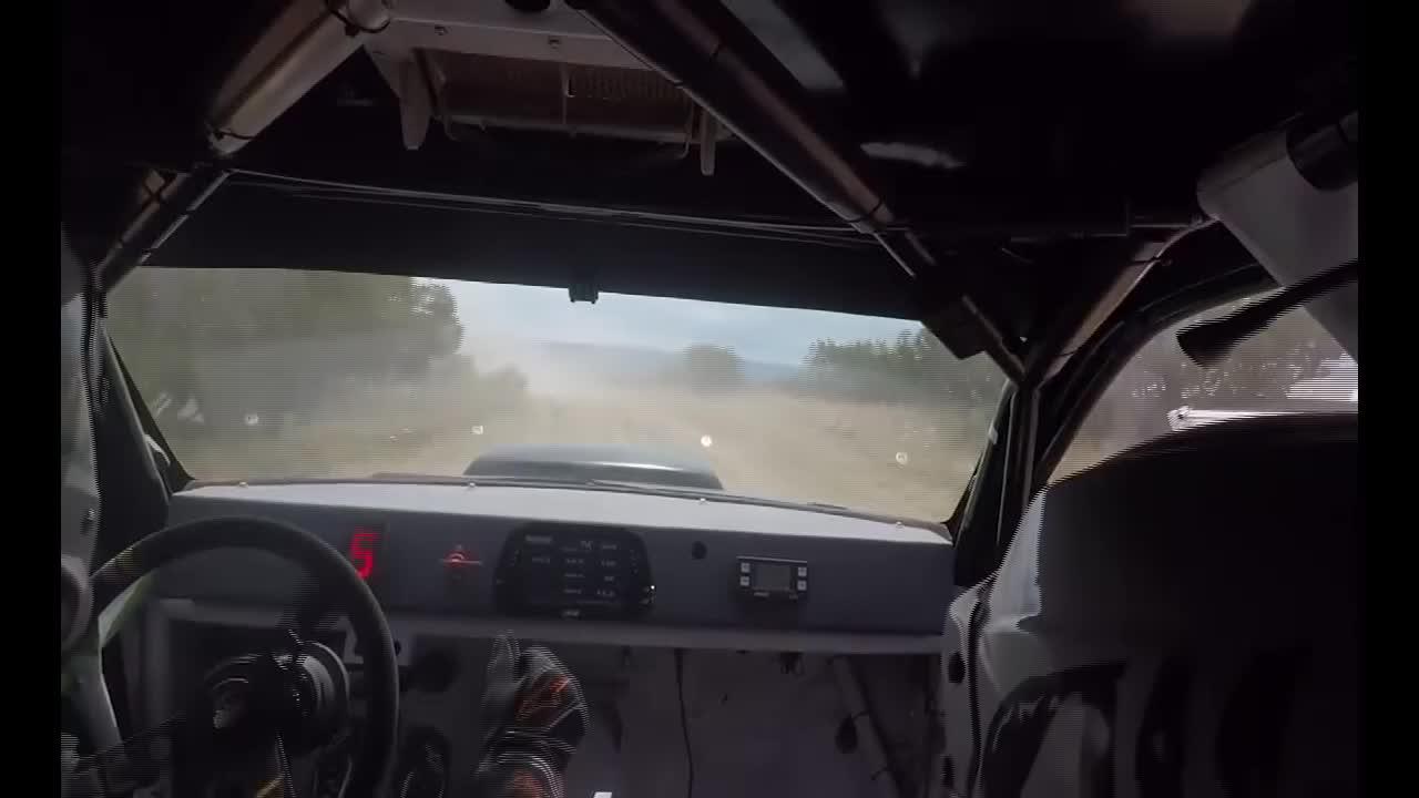 职业拉力赛车手有多厉害?引擎盖翻起来挡住视野照样开!