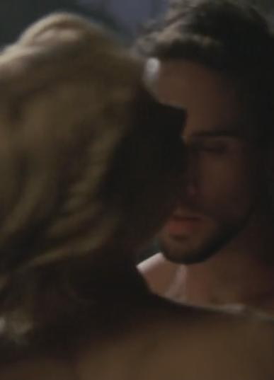 #羞羞看电影#男女卧室激情拥吻,门外的修女在偷听