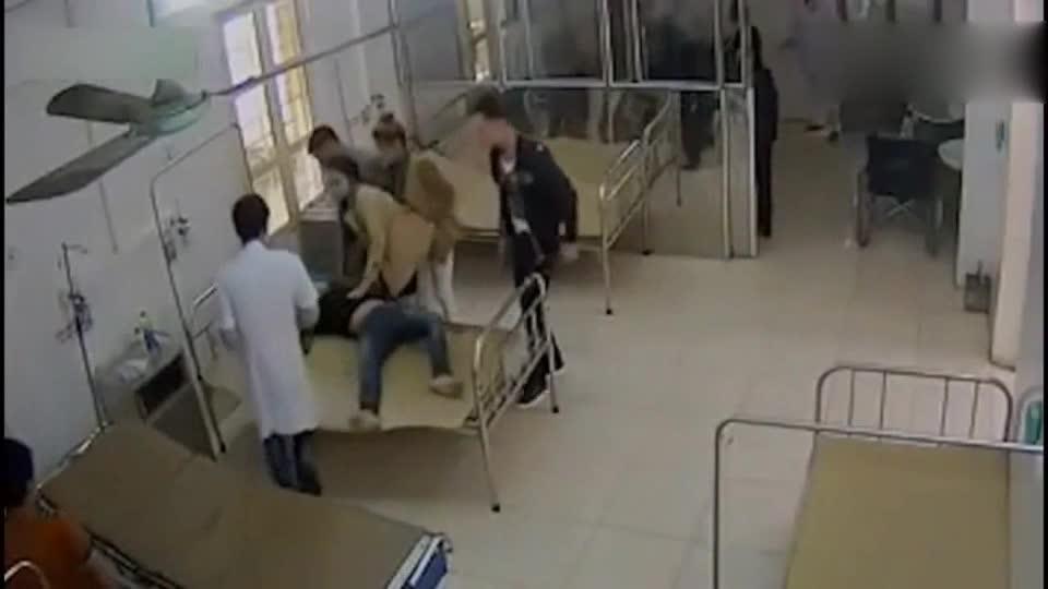 女子带醉酒男友到医院打针,监控突然拍下让人气愤的一幕