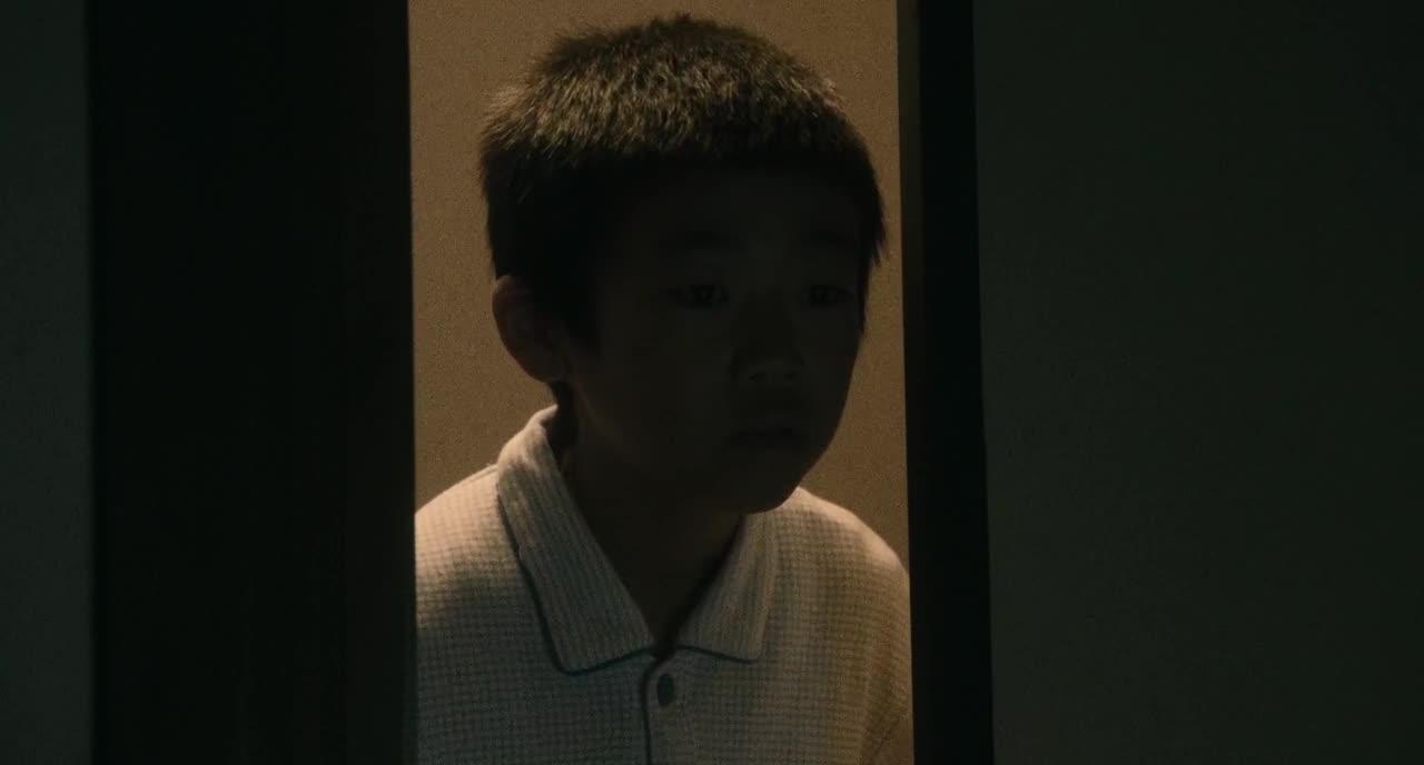 男孩发现房间怪声,推门而进竟然发现一只手,简直太恐怖了