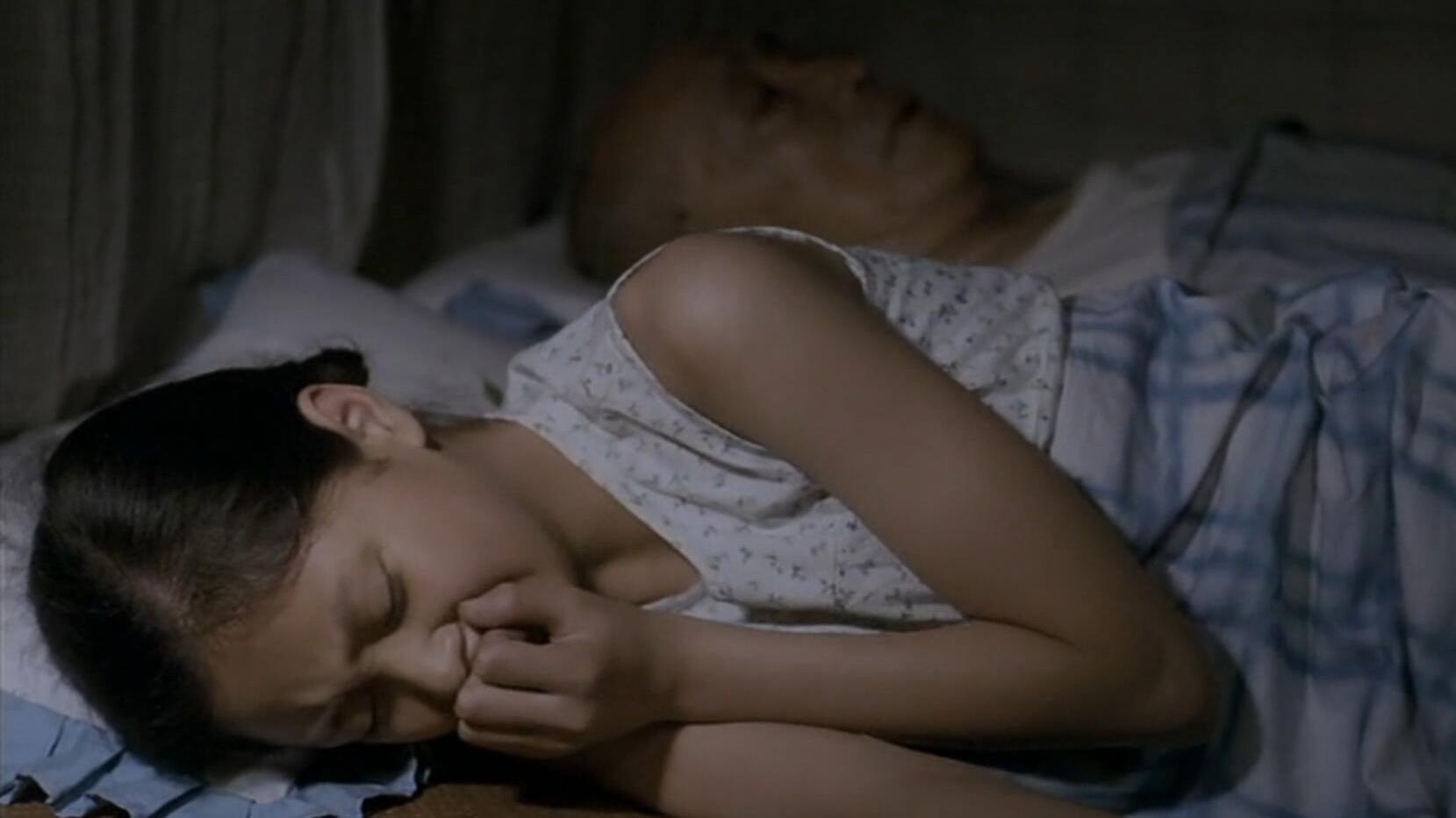 #经典看电影#孙女和姥爷一起睡,却经常半夜背过身偷偷哭泣,看完让人热泪盈眶