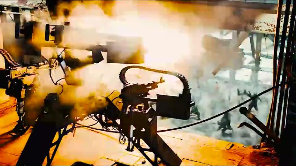 #电影迷的修养#极致暴力美学,这种重机枪,近距离扫射应该能把人打成两截