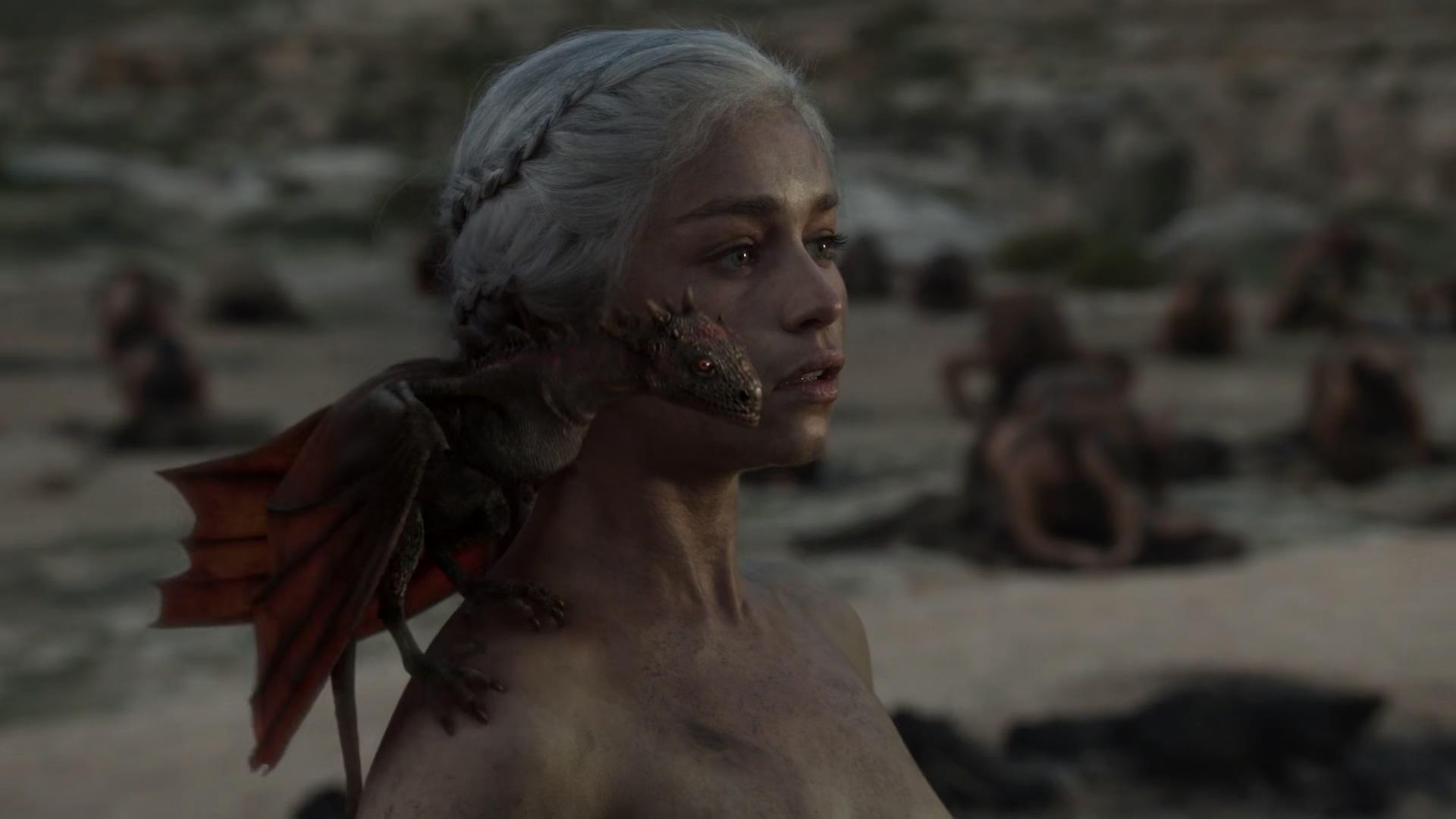 女子被执行火刑,竟毫发无损,还生下了三只小龙!