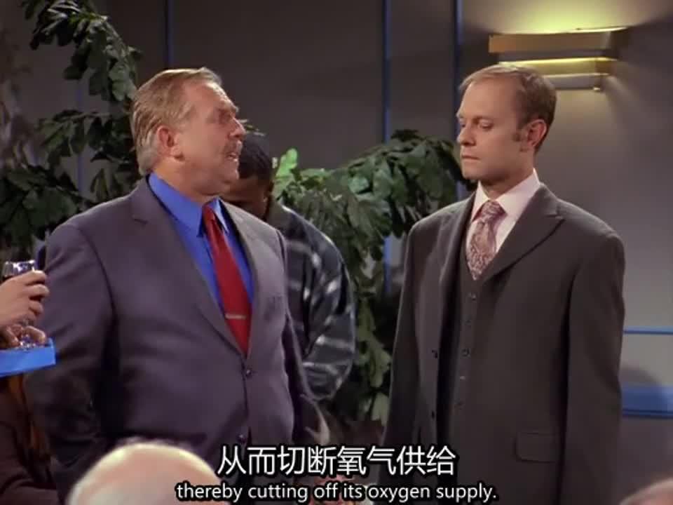 红领带男人拉着女子说不停,表示还要买水上飞机,和鳄鱼交手