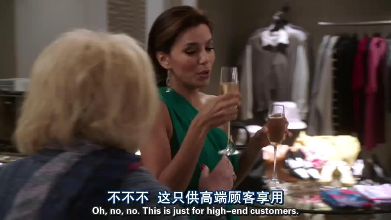 女店主在得知老妇人的尊贵身份后,对其百般附和,无所不从