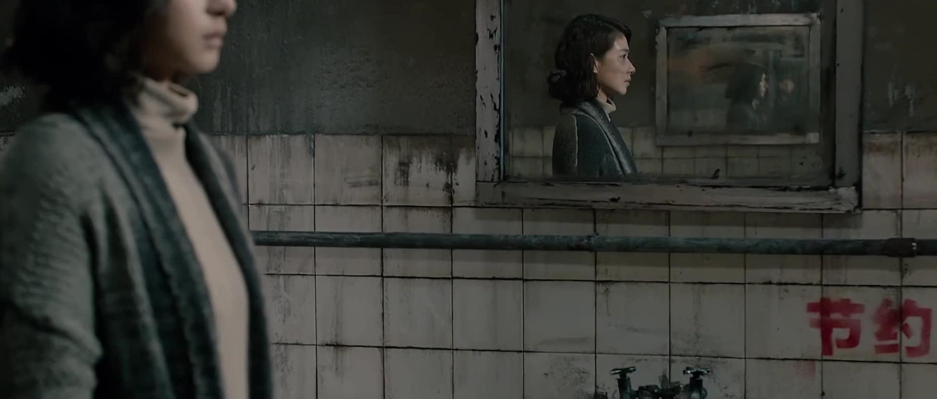#经典看电影#厕所传出这种声音,美女听得一阵脸红啊。