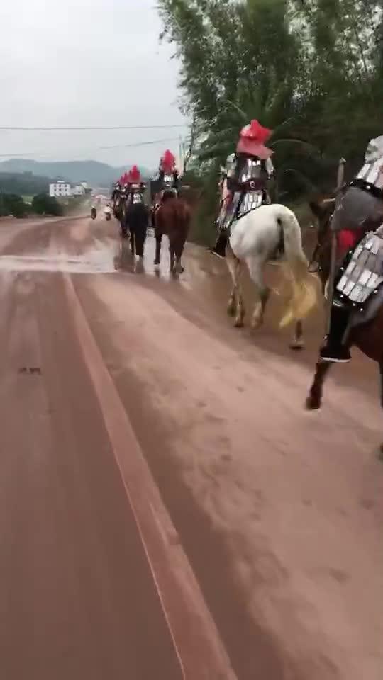 不管在古代还是现在,骑马的骑士最帅,金戈铁马千军万马