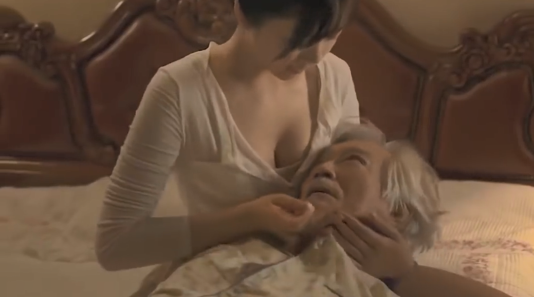 年轻女护士给老头当私人护理,结局竟是为了向老人复仇