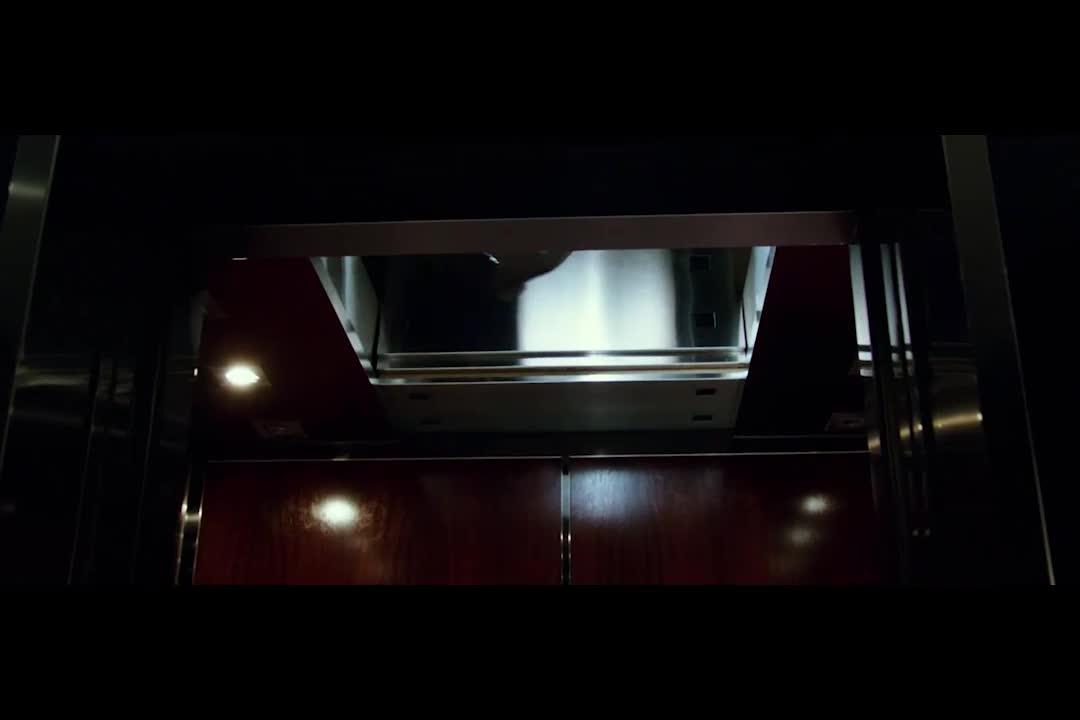 大楼有最高级别的身份验证,不料小伙浑水摸鱼,藏在电梯中进入