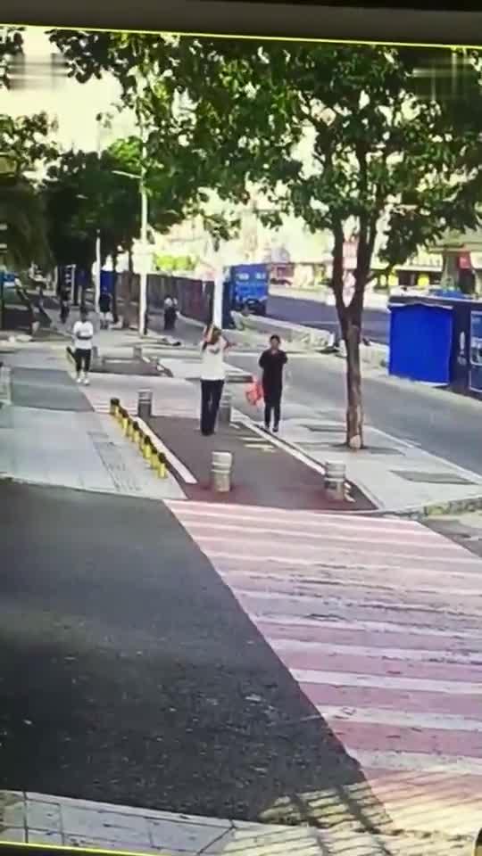 夫妻2人走路回家, 发觉不对劲儿, 监控拍下悲剧过程