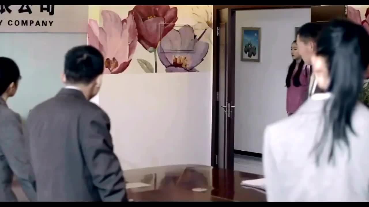小女孩闯进别人办公室找亲爹