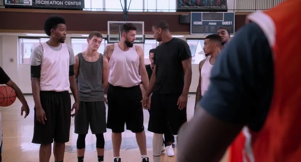 小伙来给篮球队送衣服,没想到却被这样对待,真过分