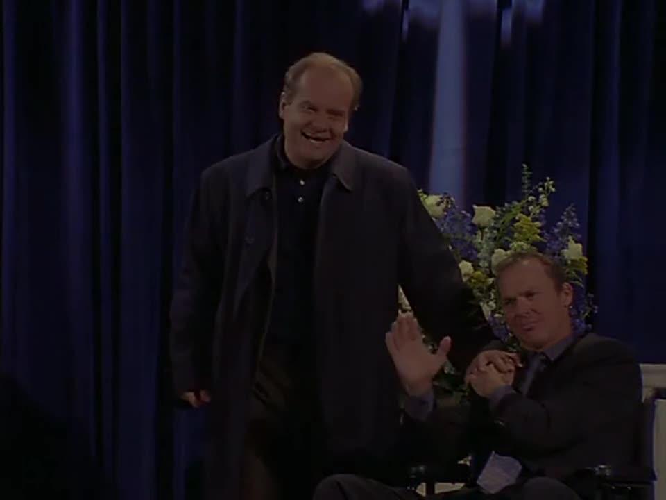 男子拿出一个红色的盒子,捐赠给轮椅男子,轮椅男子表示很感谢