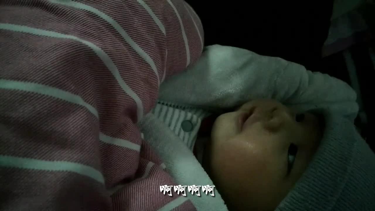 #亲子#年轻妈妈跟两个月大儿子唠嗑、儿子好呆萌