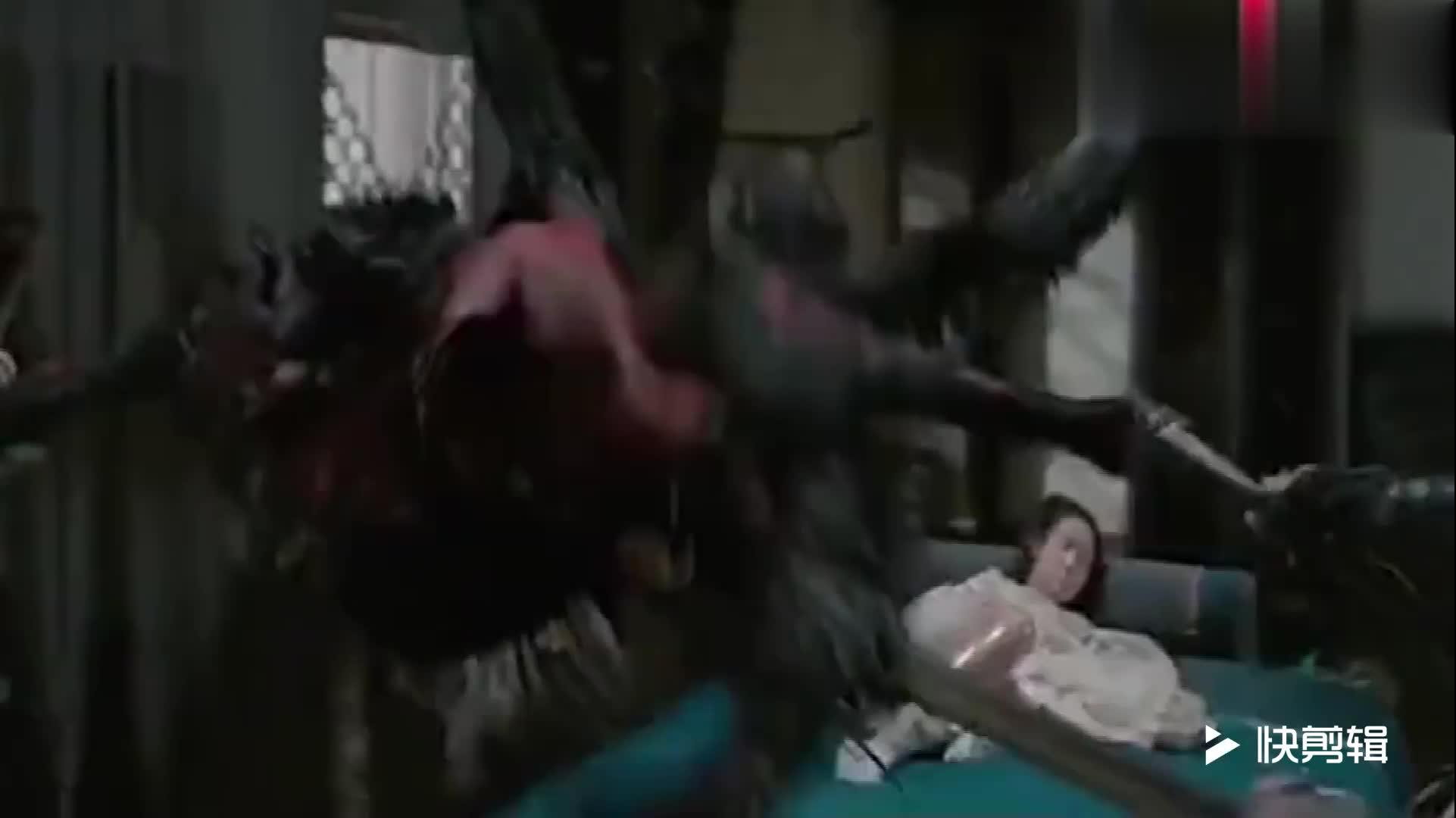 #肚子里砖出怪物#四个壮汉摁着一个弱女子,不料女子肚子里突然钻出怪物