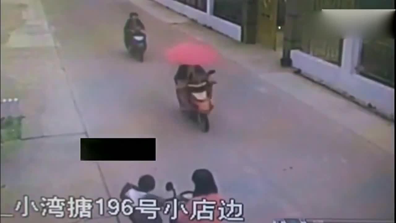 妈妈刚把儿子送到学校门口,下秒意外来的让她来不及反应!