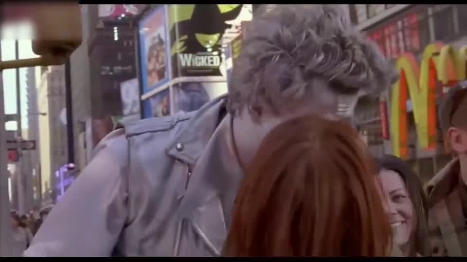 #电影迷的修养#美女在大街上找到男的就亲,亲一个刮一张彩票,旁边大叔都看傻了