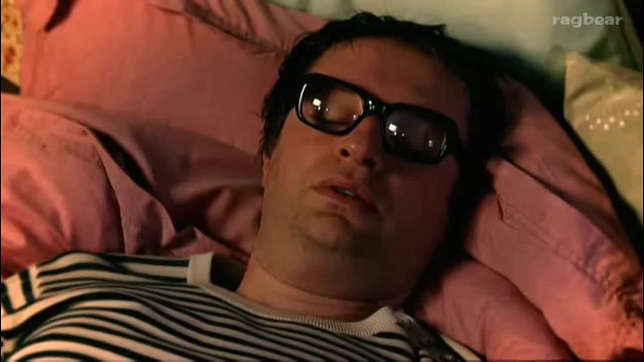 男子睡觉做梦和女朋友好开心,这恋爱的酸臭味