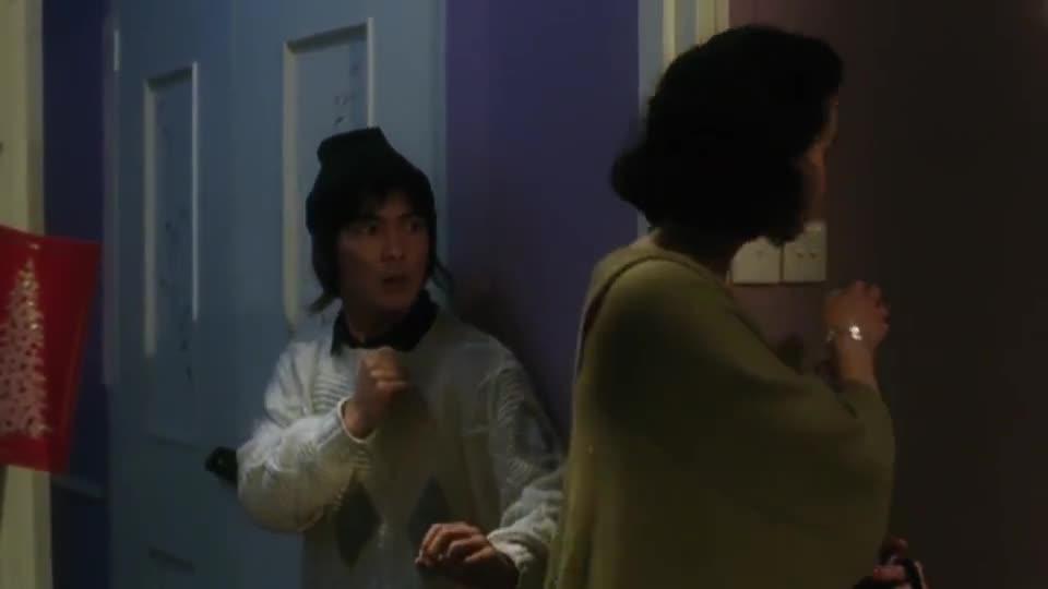 #经典看电影#元彪穿越到现代,张曼玉带她回家一个灯就把他吓到了,爆笑对话