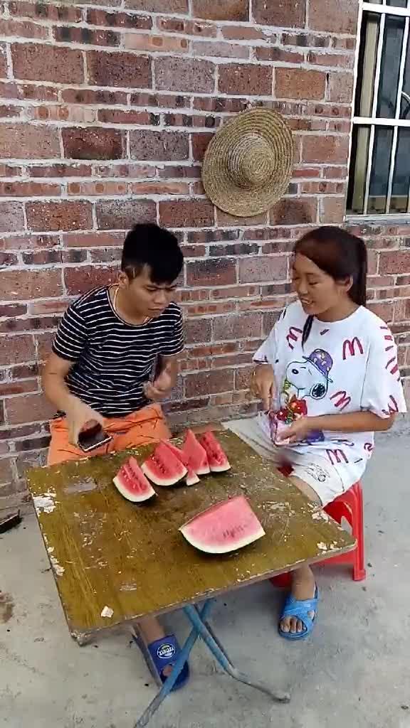 #搞笑趣事#搞笑夫妻之吃西瓜!每天更新不一样的作品!