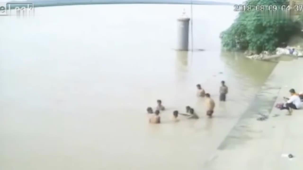 一群人河边玩耍, 眼睁睁看着同伴消失在眼前, 却无能为力